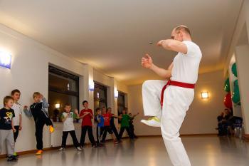 """Übungsleiter Matthias Fischer nimmt den Kindern im Alter von sechs bis zwölf Jahren schon gleich zu Anfang des neuen Kurses """"Kung Fu für Kinder"""", die Illusion, sie würden wie Kinohelden in den Ring steigen. Der Kurs ist im Prinzip eine Sport- und Gymnastikstunde. Nur ein bisschen anders."""