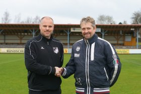 Fußball Abteilungsleiter Thomas Braun mit dem neuen Trainer Jürgen Kruse (re)
